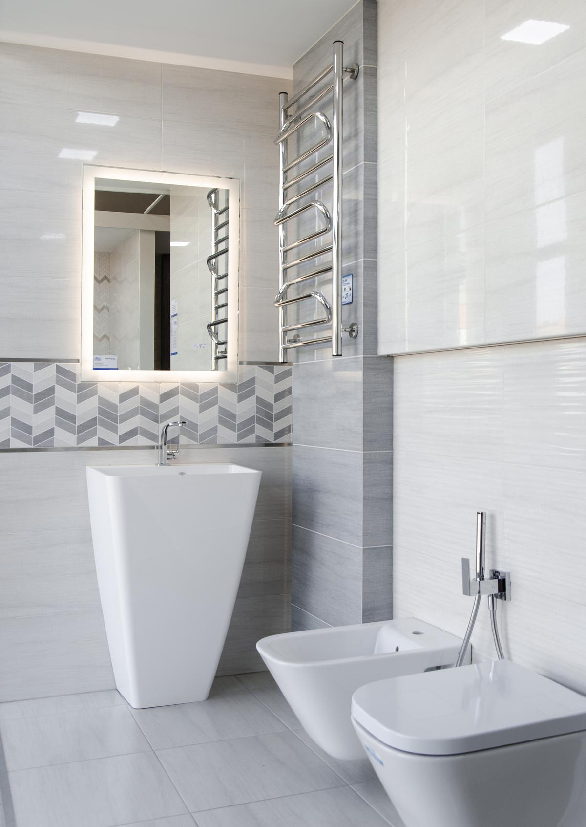 Nowoczesna łazienka w szarych kolorach z strukturalnymi płytkami - zdjęcie od BLU salon łazienek Pułtusk