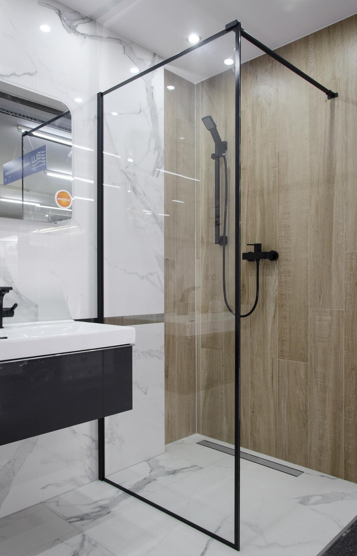 Nowoczesna łazienka z czarną kabiną prysznicową i płytką marmurową - zdjęcie od BLU salon łazienek Skierniewice