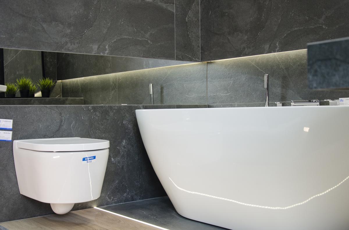 Nowoczesna łazienka z czarną płytką imitującą marmur - zdjęcie od BLU salon łazienek Białystok