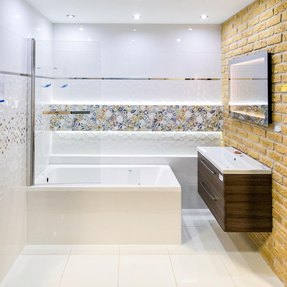 Patchwork i cegła - aranżacja łazienki BLU salon łazienek Włocławek - zdjęcie od BLU salon łazienek Włocławek