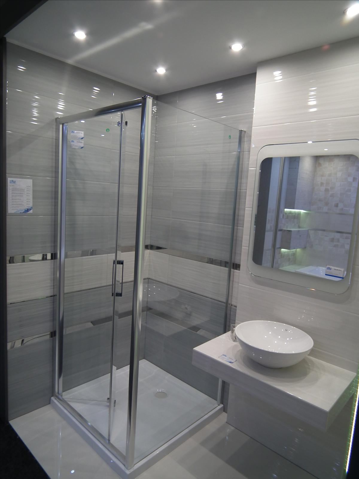 Płytka z połyskiem w łazience - Azario Avaberdeen  - zdjęcie od BLU salon łazienek Poznań
