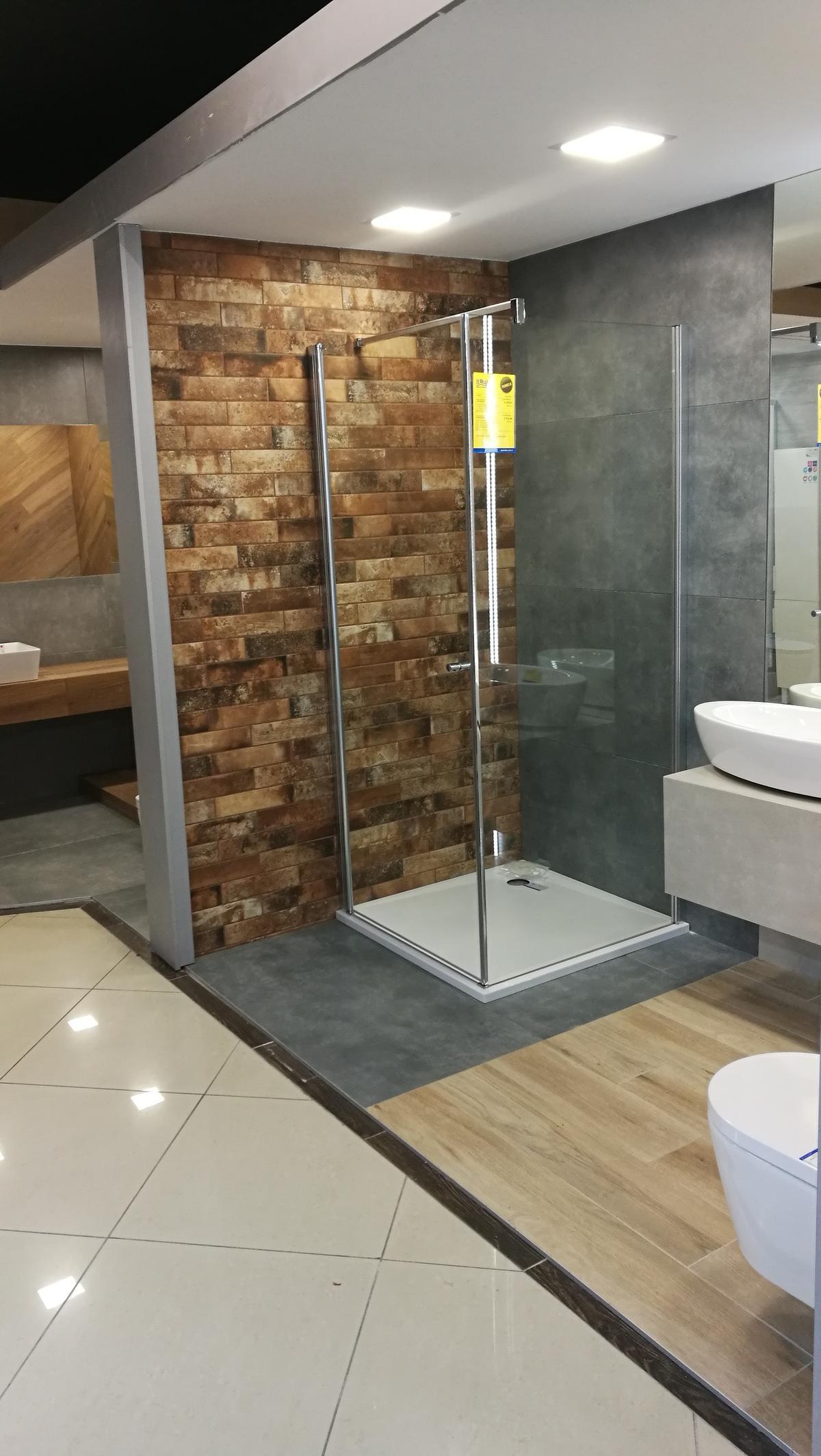 Połączenie betonu, cegły i drewna - płytki marki Cerrad - zdjęcie od BLU salon łazienek Siedlce