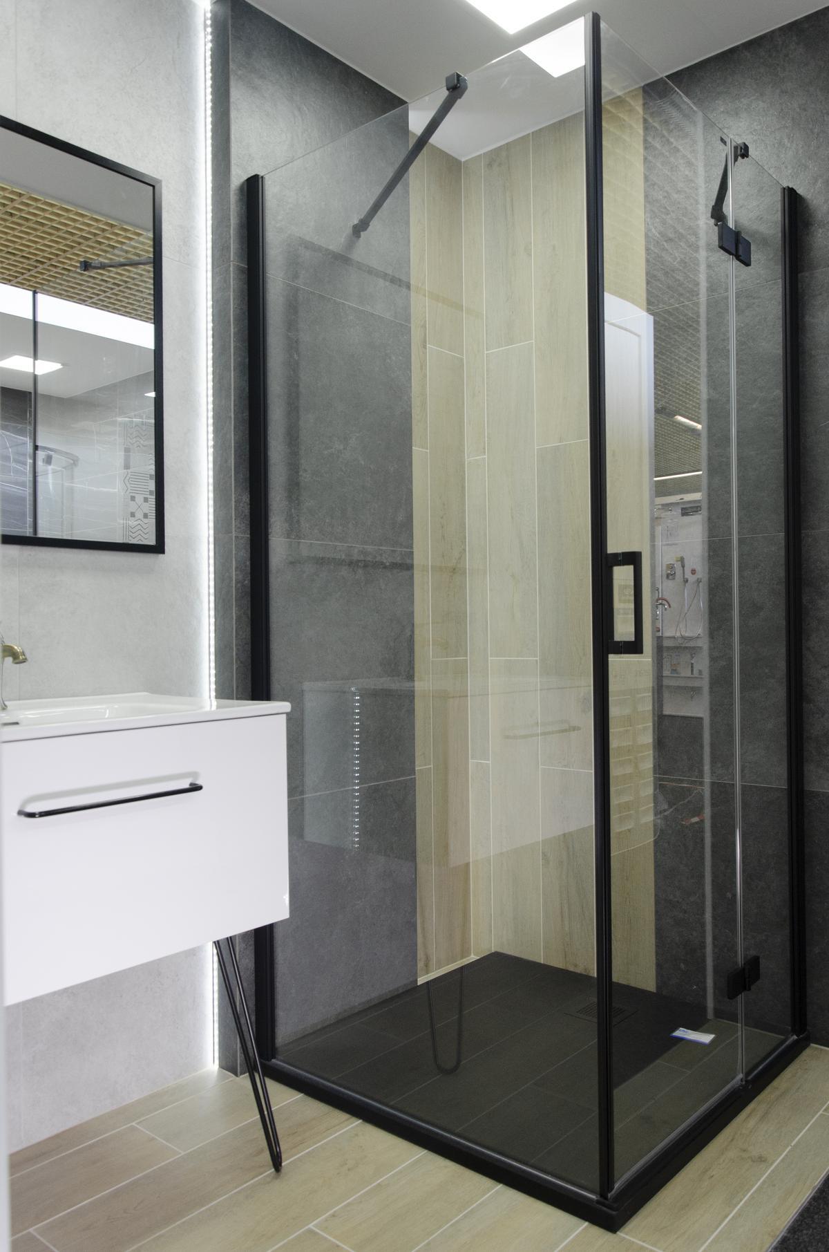 Połączenie w łazience ciemnej szarości i jasnej płytki drewnopodobnej - zdjęcie od BLU salon łazienek Łowicz