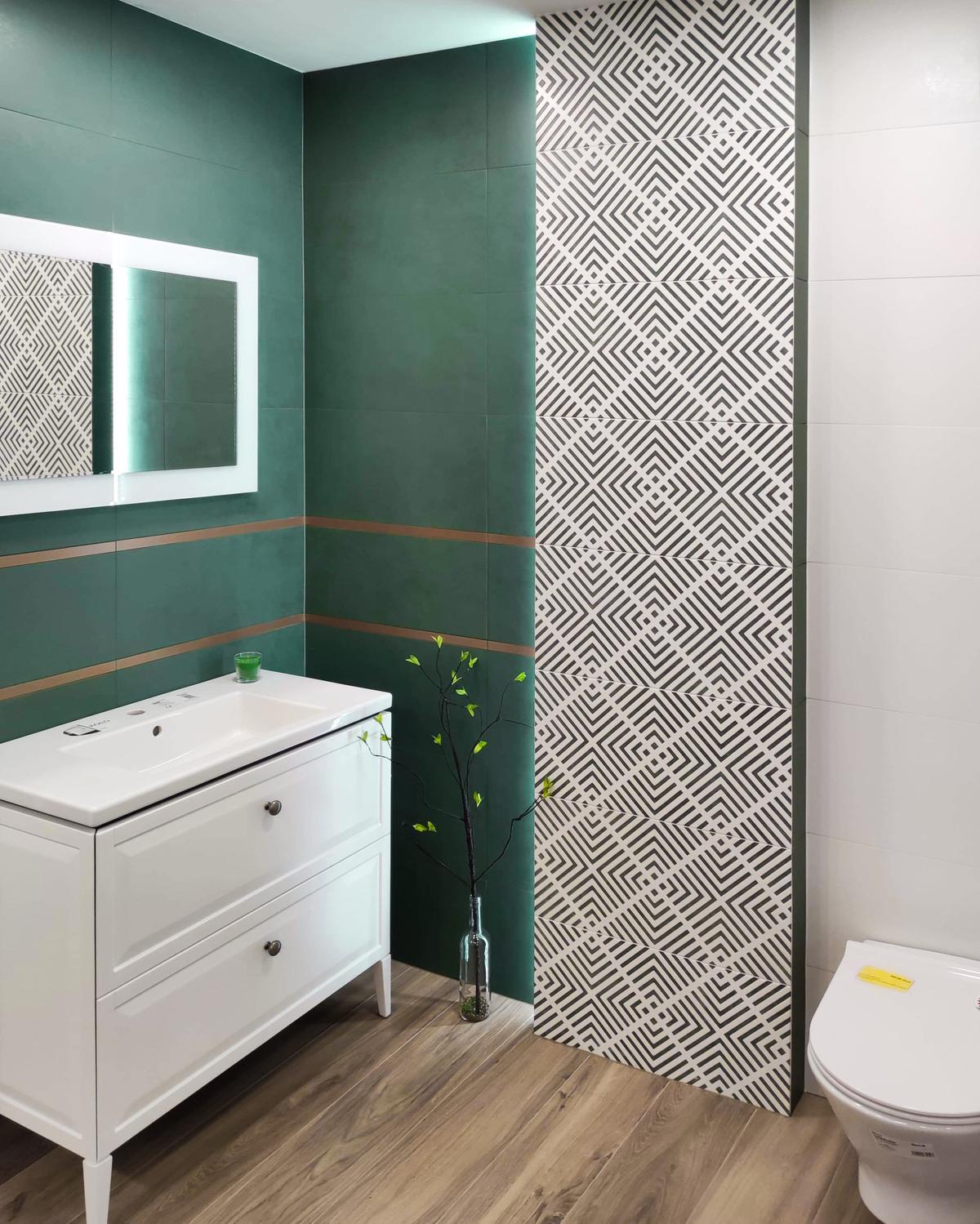 Połączenie zieleni i drewna w łazience BLU Września - zdjęcie od BLU salon łazienek Września