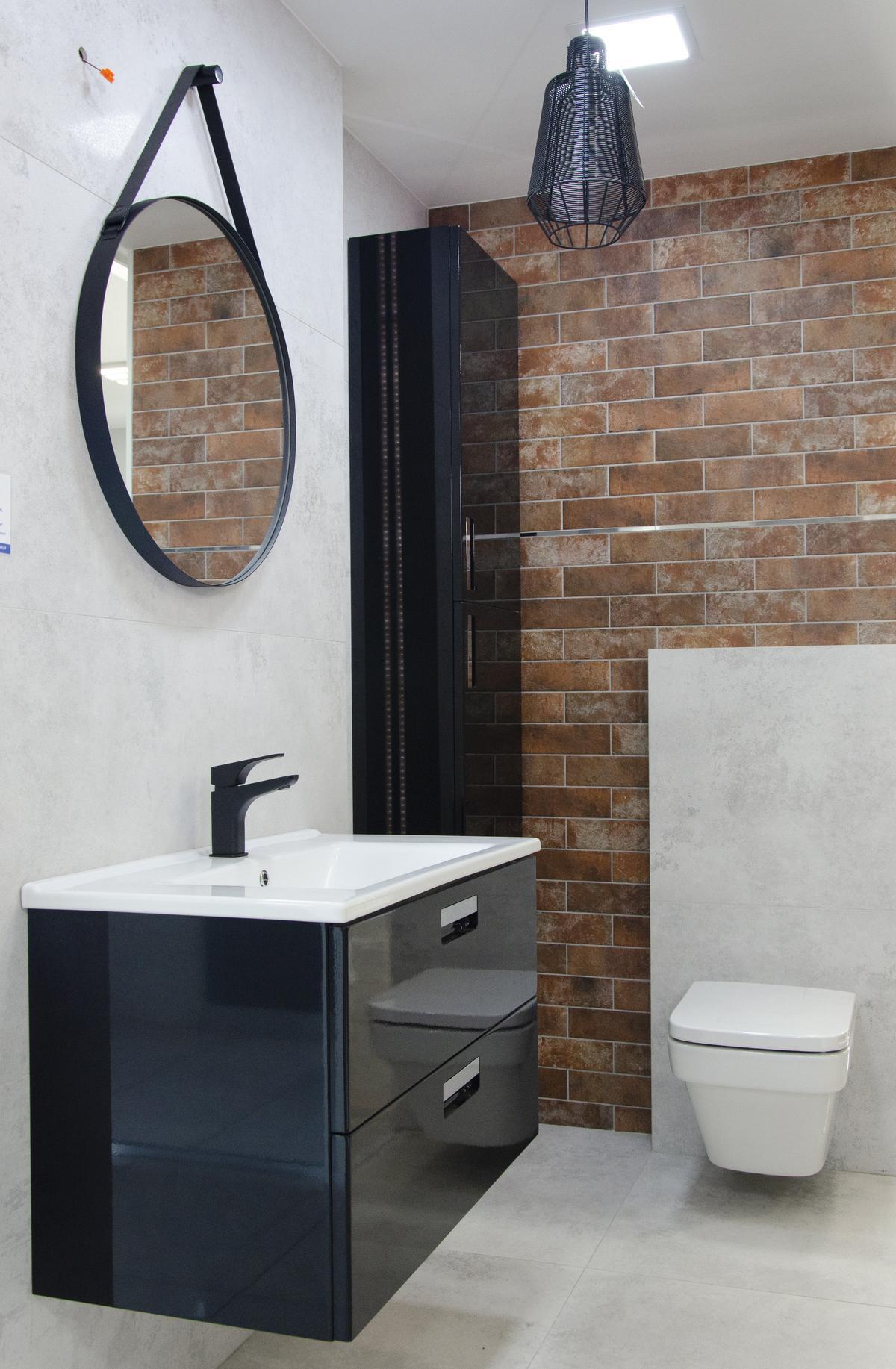 Pomysł na industrialną łazienkę z ceglaną ścianą - zdjęcie od BLU salon łazienek Pułtusk