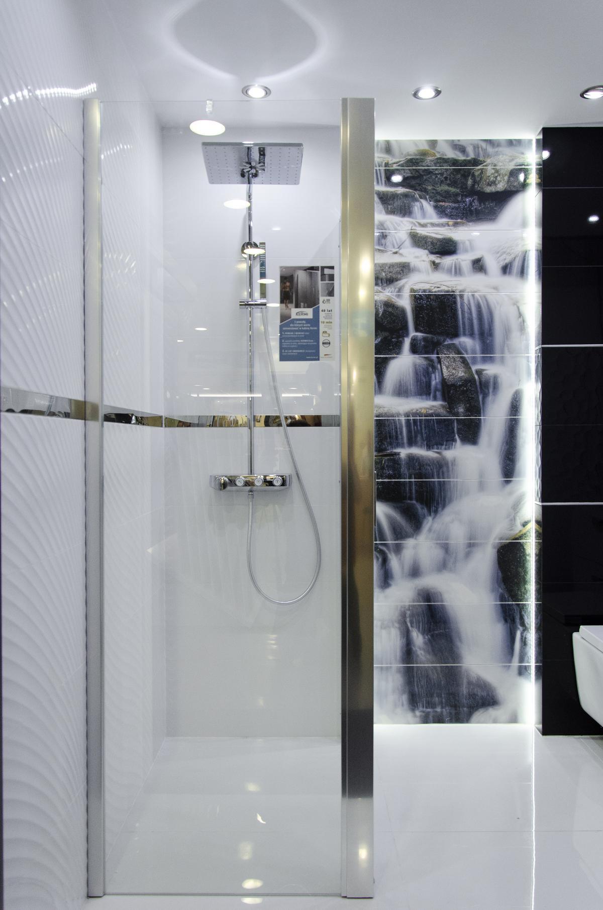 Pomysł na łazienkę z obrazem ściennym przedstawiającym wodospad - zdjęcie od BLU salon łazienek Kołobrzeg