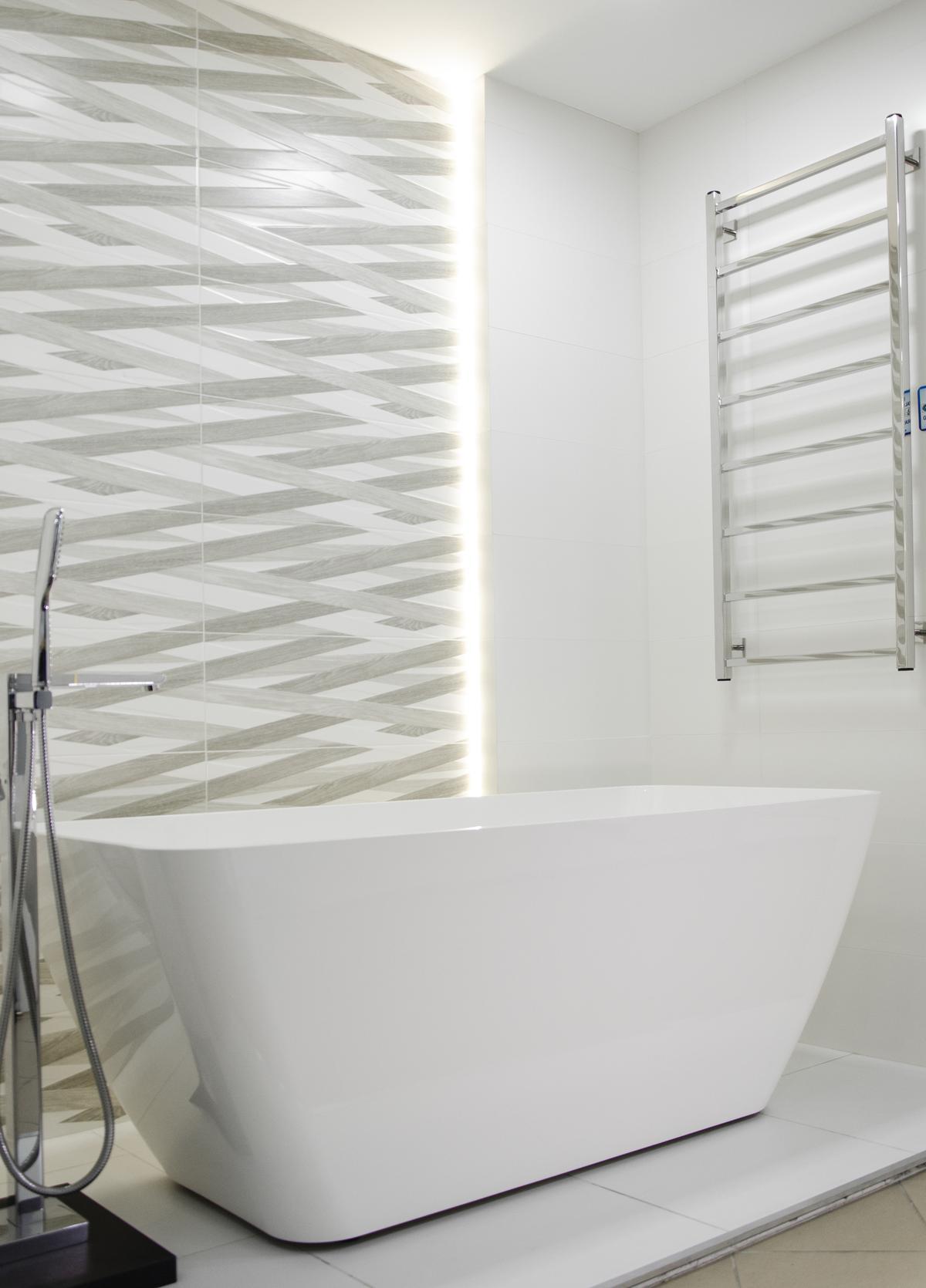 Pomysł na minimalistyczną łazienkę z wanną wolnostojącą i szarą płytką - zdjęcie od BLU salon łazienek Pułtusk
