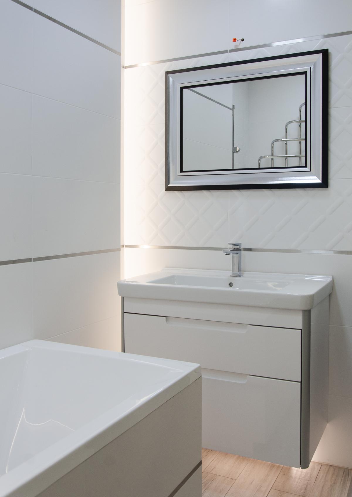 Pomysł na praktyczną łazienkę z wanną w eleganckim wydaniu - zdjęcie od BLU salon łazienek Pułtusk