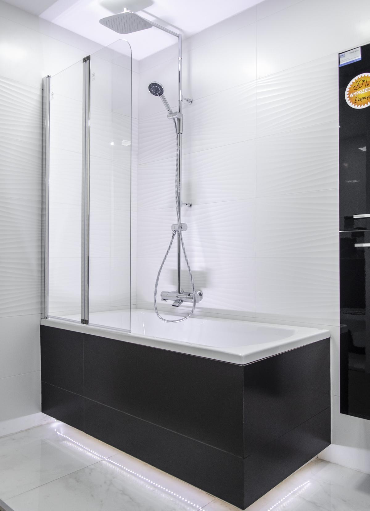 Projekt białej łazienki z wanną w czarnej zabudowie - zdjęcie od BLU salon łazienek Pułtusk