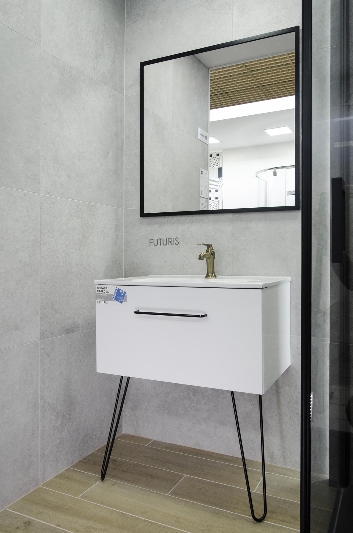 Projekt industrialnej łazienki z wykorzystaniem motywu betonu - zdjęcie od BLU salon łazienek Łowicz