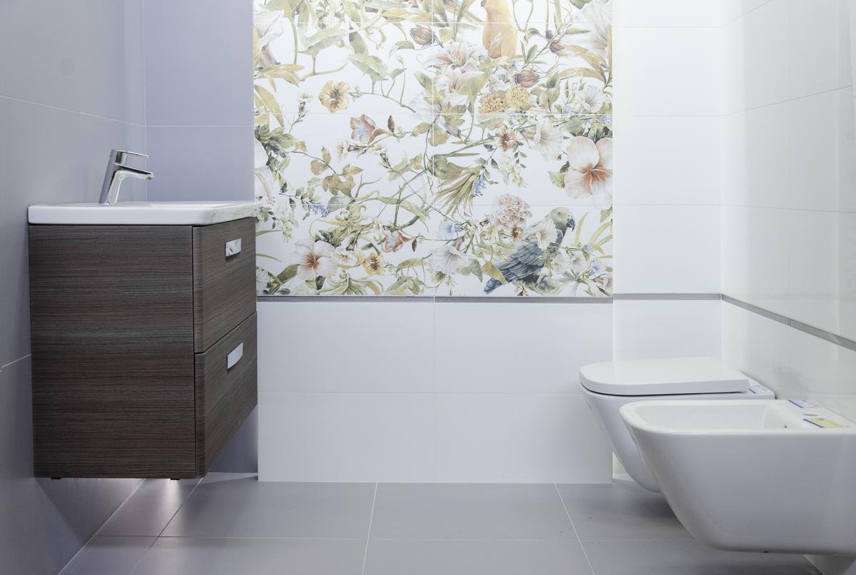 Projekt jasnej łazienki z ozdobną ścianą Tubądzin Modern Pearl Parrots - zdjęcie od BLU salon łazienek Łowicz