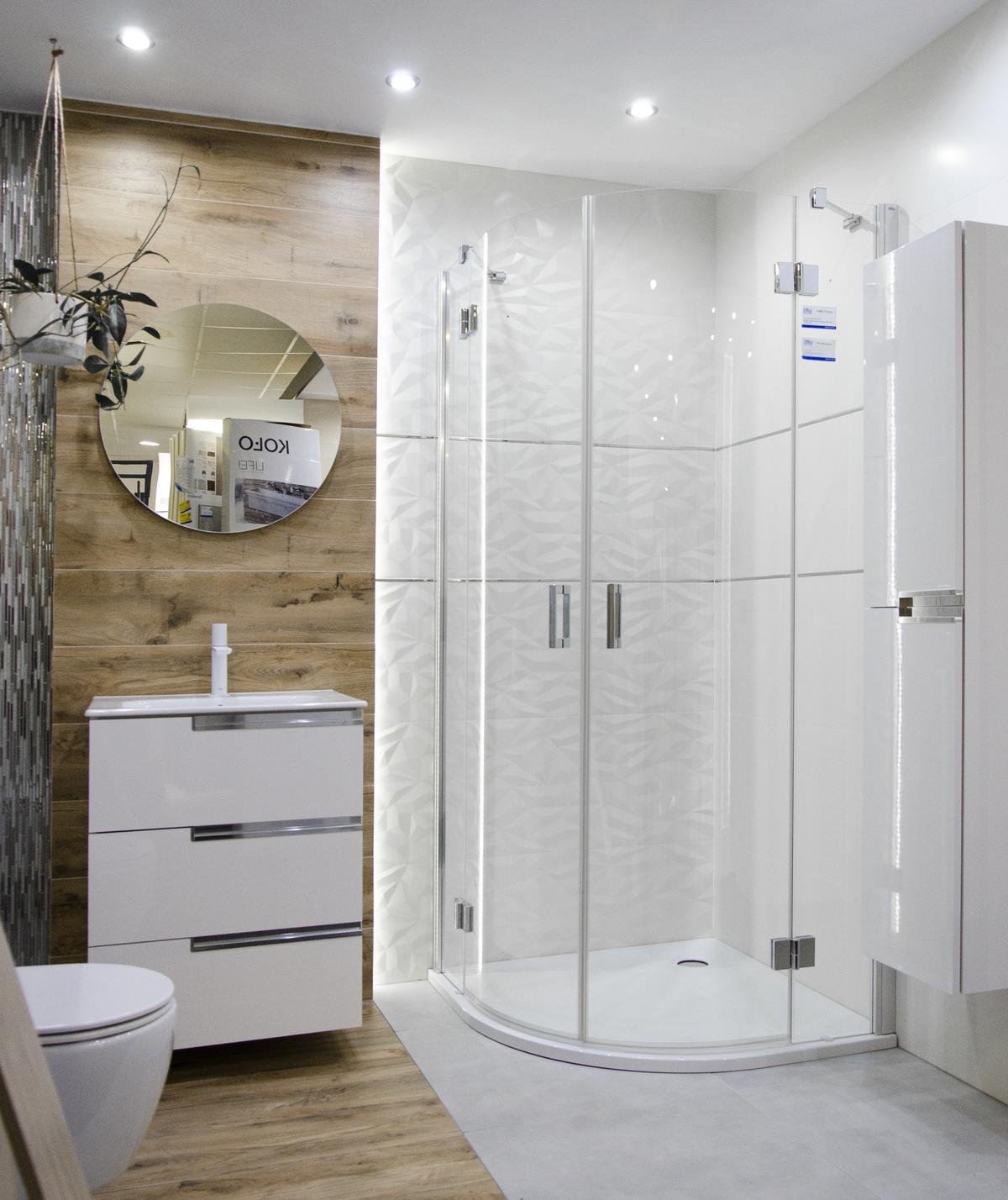 Projekt jasnej łazienki z płytką drewnopodobną - zdjęcie od BLU salon łazienek Kołobrzeg