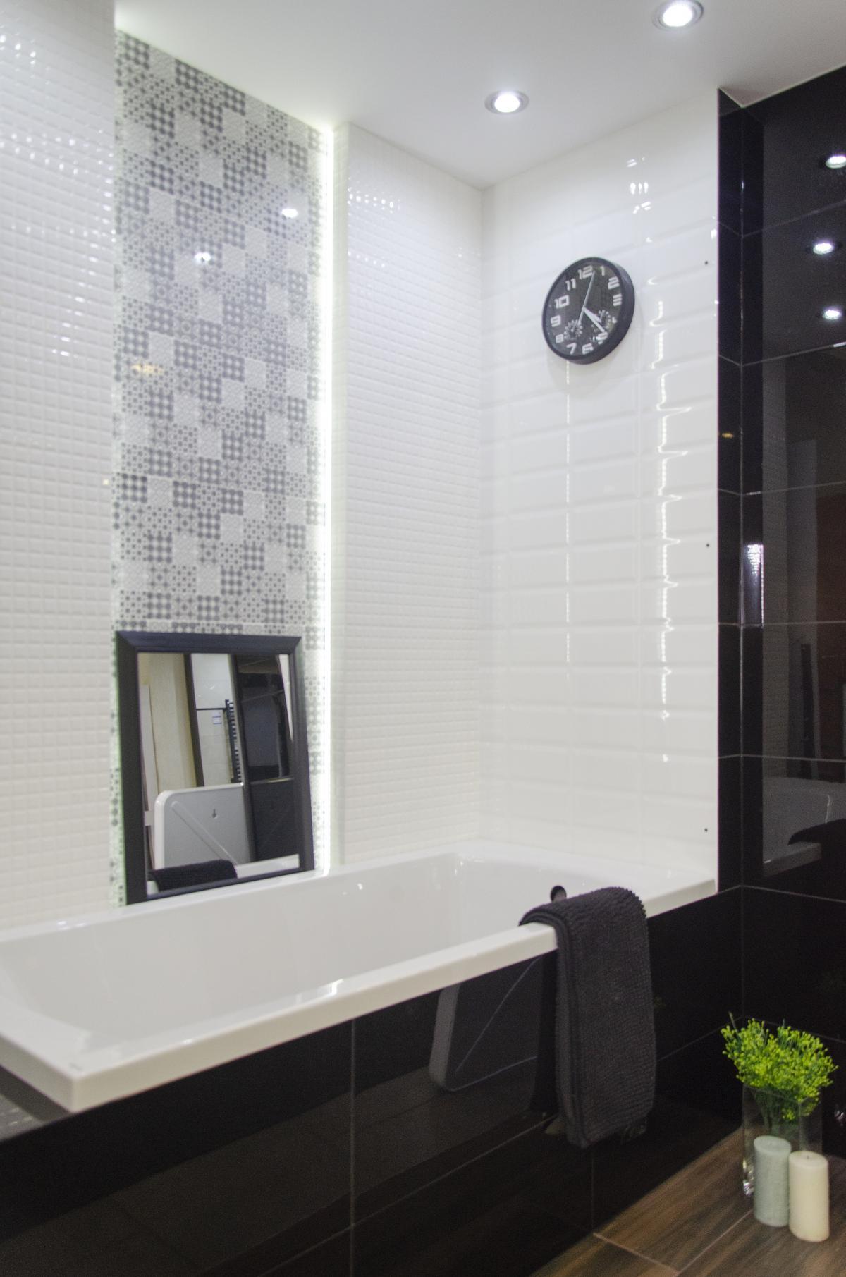 Projekt klasycznej łazienki w bieli i czerni z patchworkową mozaiką - zdjęcie od BLU salon łazienek Kołobrzeg