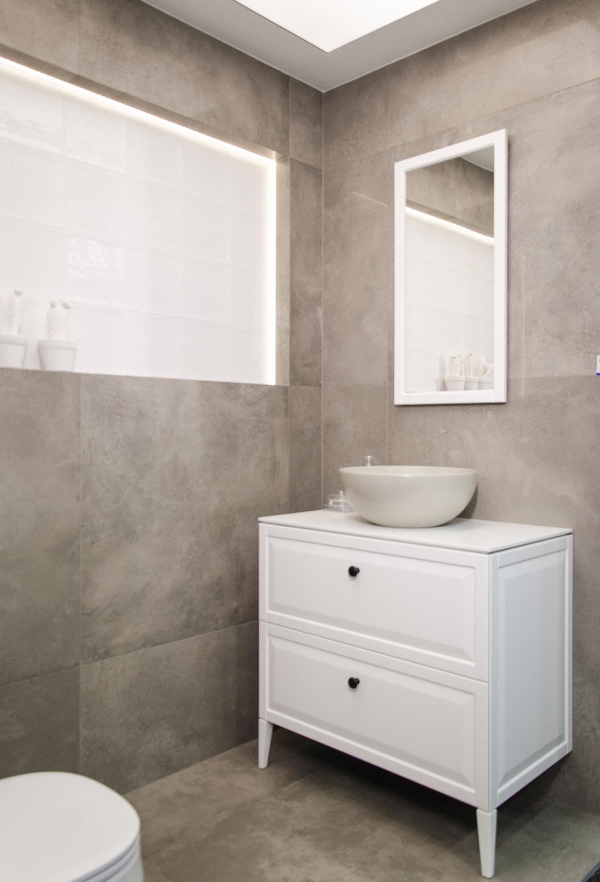 Projekt łazienki w stylu minimalistycznym z płytką imitującą beton - zdjęcie od BLU salon łazienek Koszalin