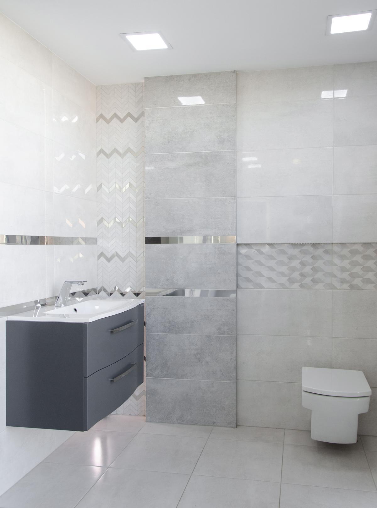 Projekt łazienki z szara płytką o połyskującym wykończeniu - zdjęcie od BLU salon łazienek Pułtusk