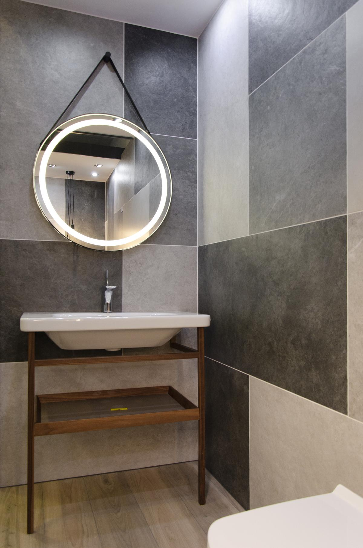 Projekt minimalistycznej łazienki z płytką imitującą beton - zdjęcie od BLU salon łazienek Kołobrzeg