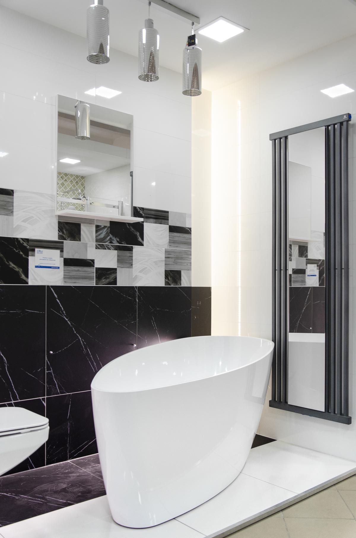 Propozycja biało-czarnej łazienki z płytką imitującą marmur i wanną IÖ - zdjęcie od BLU salon łazienek Pułtusk