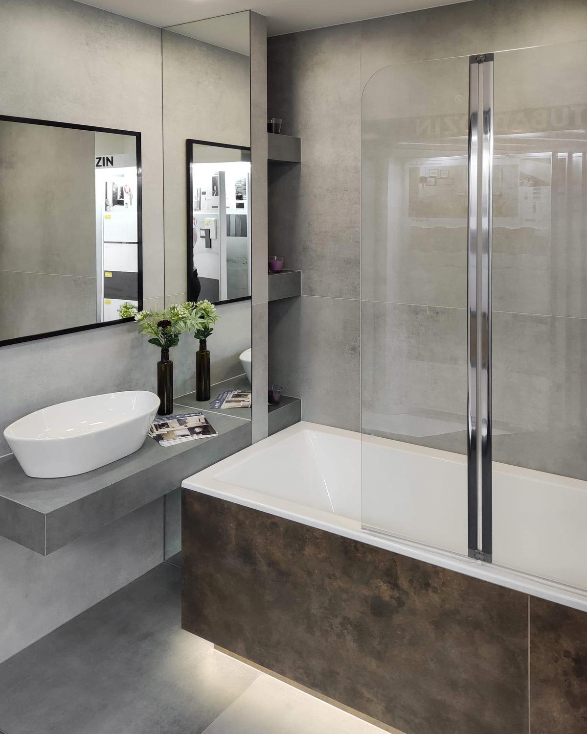 Prysznic i wanna w małej łazience BLU Września - zdjęcie od BLU salon łazienek Września