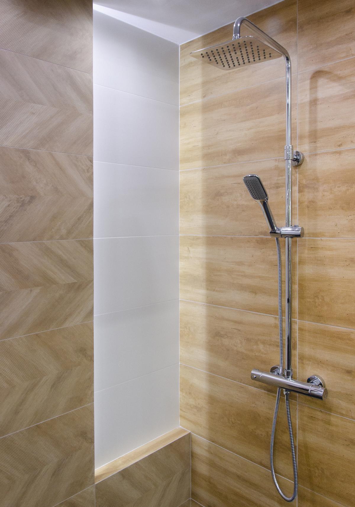Prysznic wykończony płytką drewnopodobną - zdjęcie od BLU salon łazienek Skierniewice