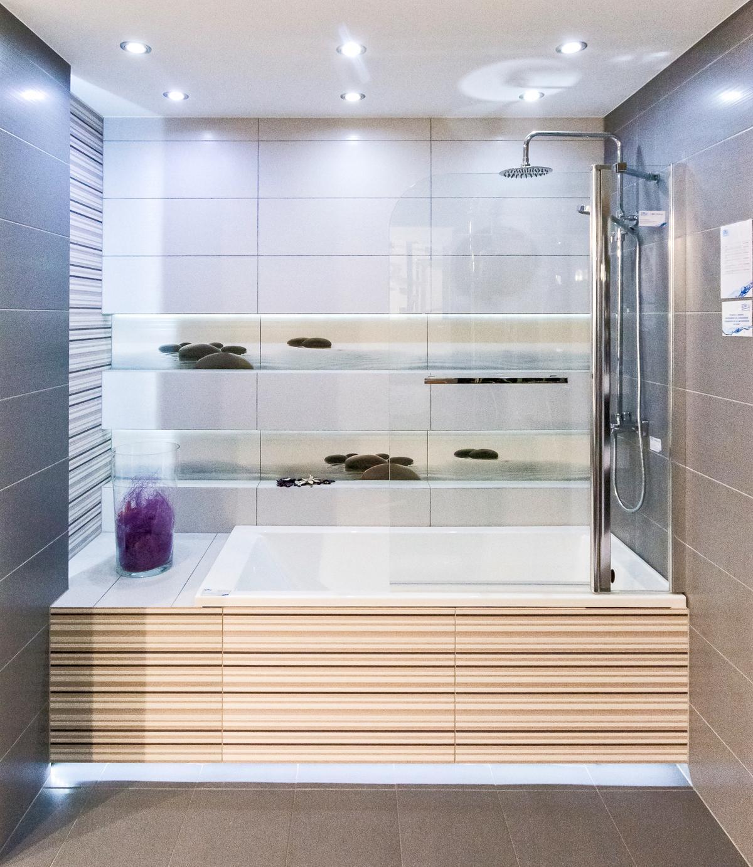 Przykład zabudowy wanny z dekoracją w stylu spa - zdjęcie od BLU salon łazienek Cieszyn