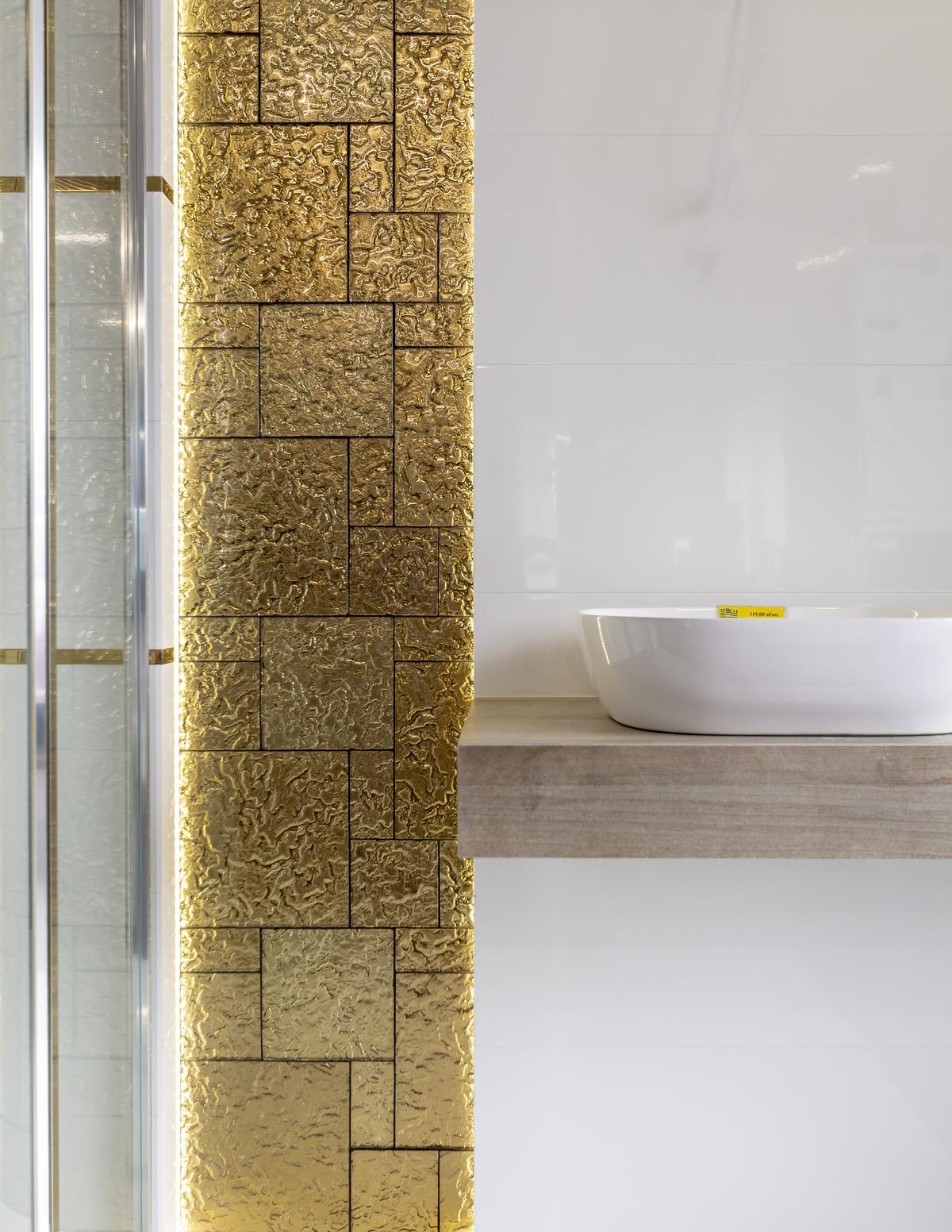 Ściana wykończona złotymi i białymi płytkami Azario Zanzibar New - zdjęcie od BLU salon łazienek Biała Podlaska
