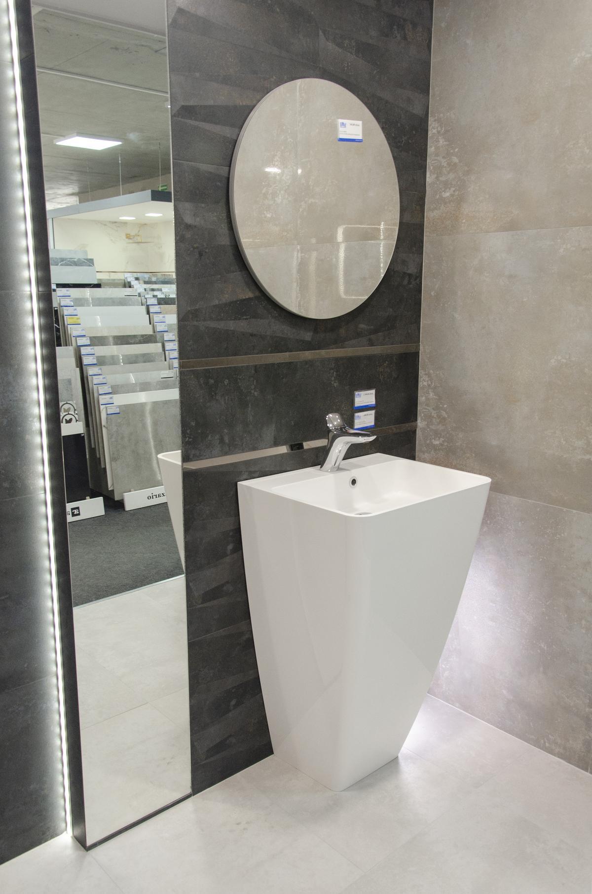 Stonowana łazienka w ciemnym kamieniu - zdjęcie od BLU salon łazienek Białystok