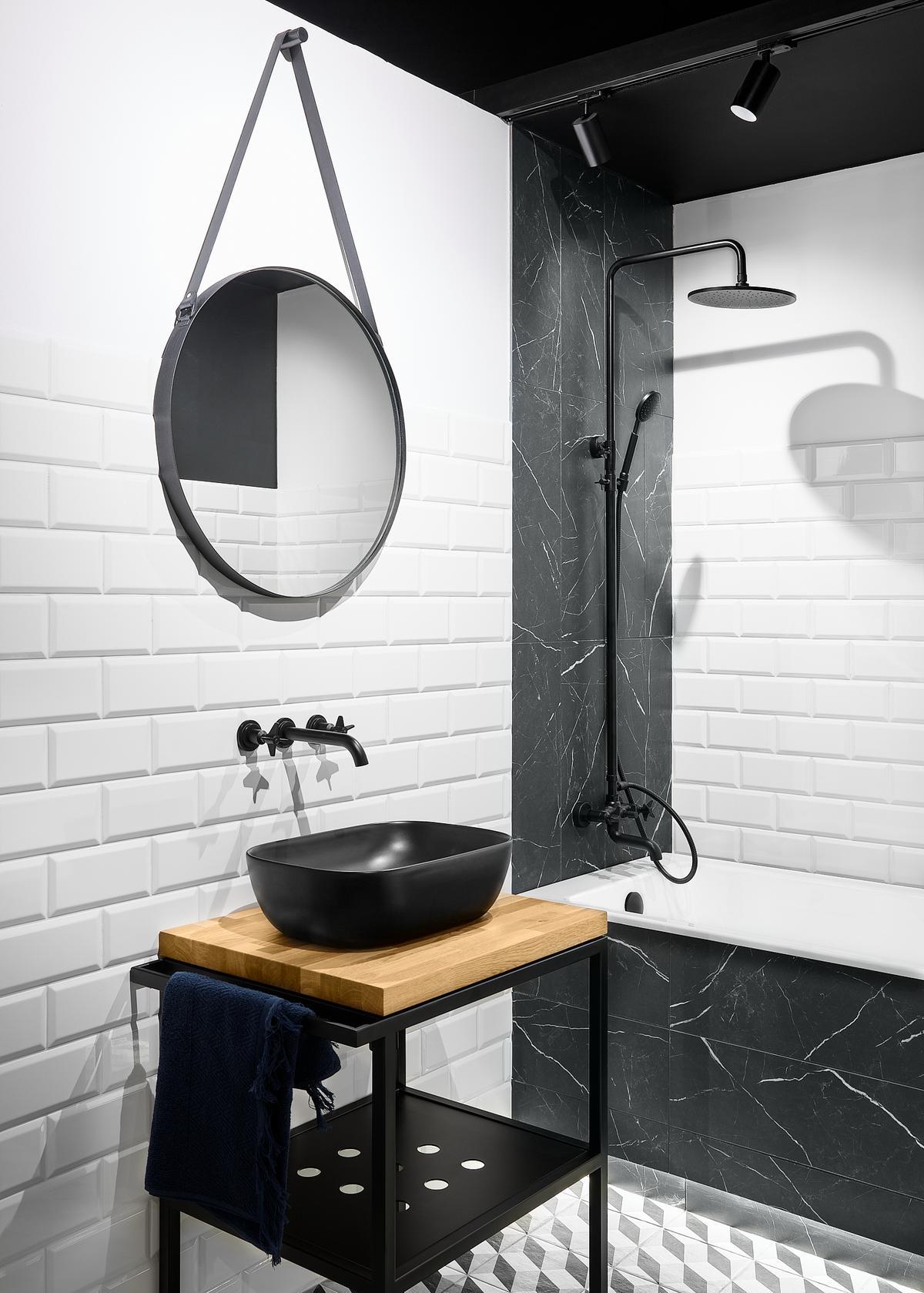 Stylowa biało-czarna łazienka z cegiełką Paradyż Tamoe w roli głównej - zdjęcie od BLU salon łazienek Elbląg