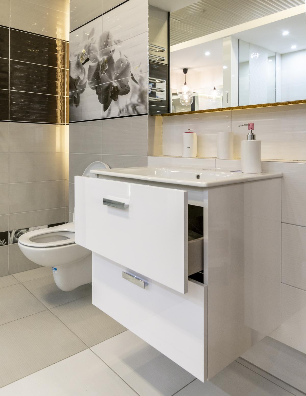 Stylowa łazienka w bieli i czerni - zdjęcie od BLU salon łazienek Biała Podlaska
