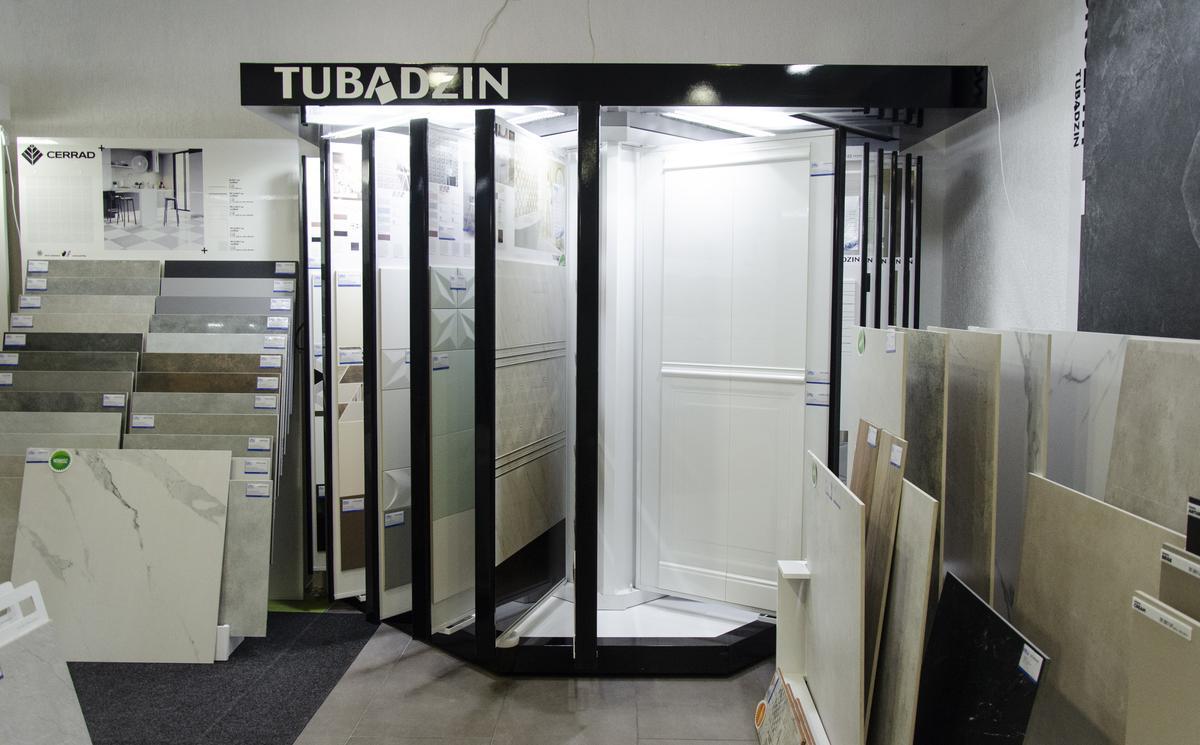 Szafy ekspozycyjne marki Tubądzin w BLU Kołobrzeg - zdjęcie od BLU salon łazienek Kołobrzeg