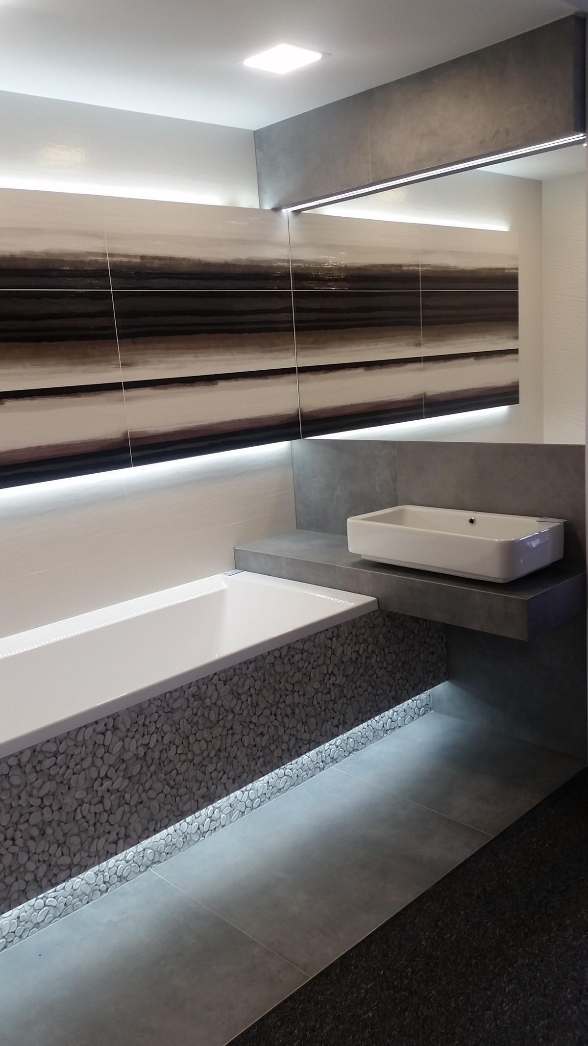 Szara łazienka z płytkami imitującymi kamienie - zdjęcie od BLU salon łazienek Chojnice