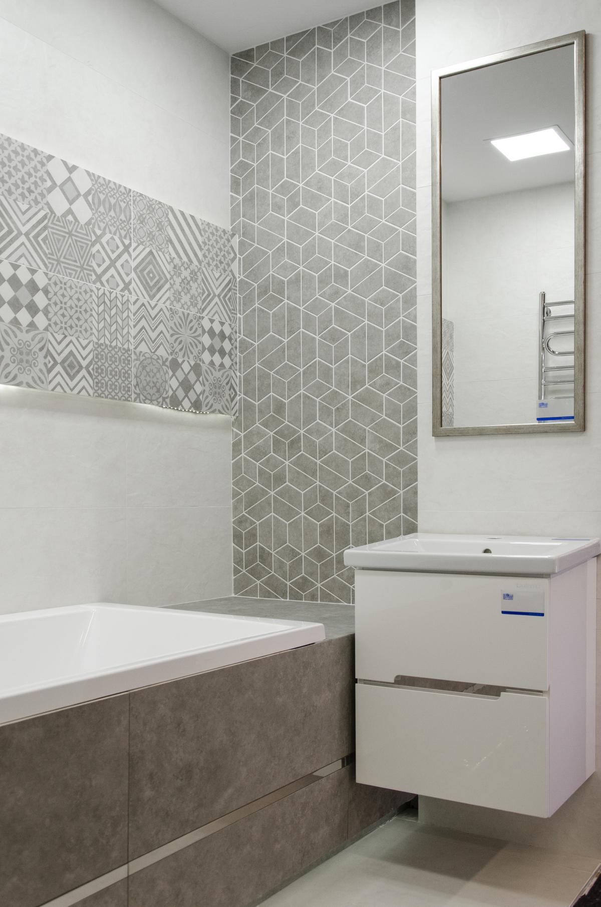 Szara łazienka z połączeniem różnych wzorów patchworku i heksagonów - zdjęcie od BLU salon łazienek Łowicz