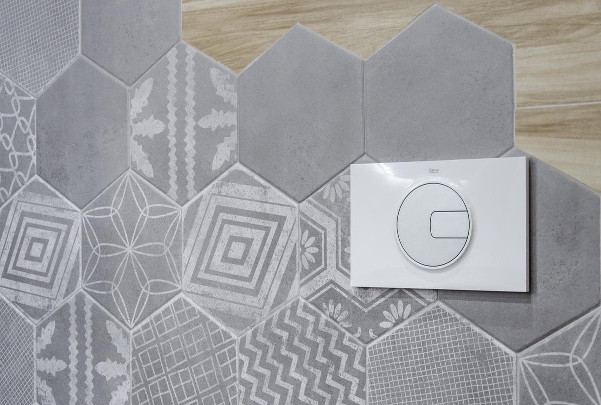 Szara płytka heksagonalna we wzorki imitująca beton - zdjęcie od BLU salon łazienek Grudziądz