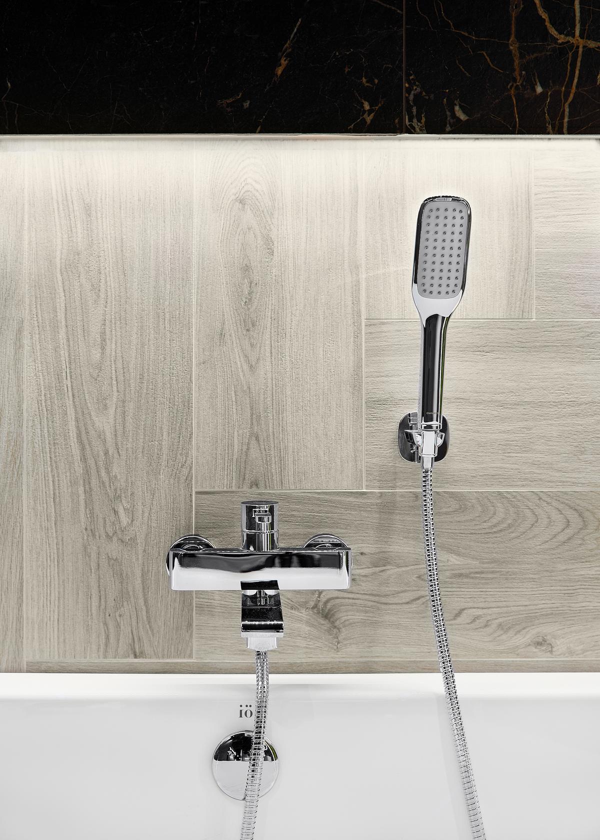 Szlachetne, jasne drewno Cerrad Acero bianco w strefie kąpielowej - zdjęcie od BLU salon łazienek Elbląg