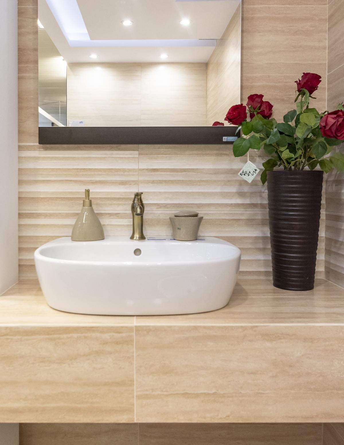 Umywalka nablatowa i beżowe płytki Opoczno Calssic Travertine - zdjęcie od BLU salon łazienek Biała Podlaska