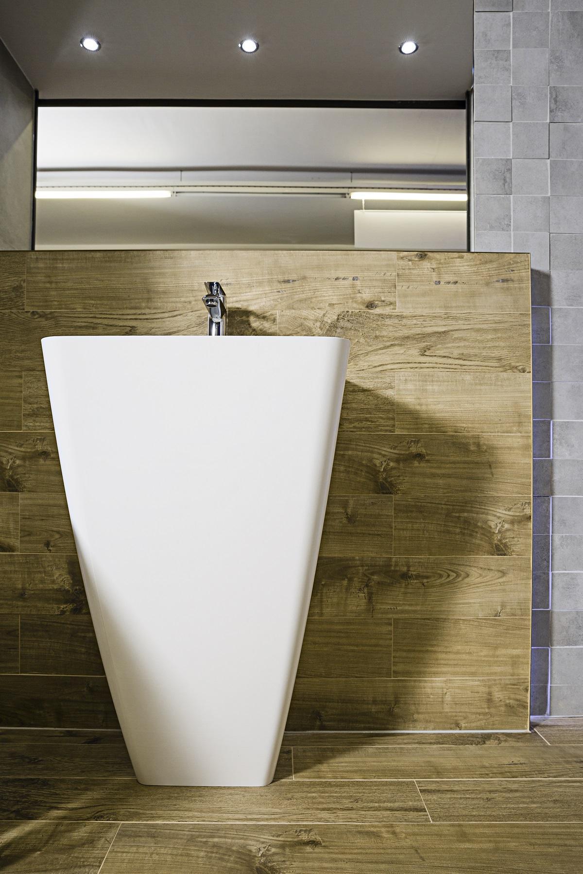 Umywalka wolnostojąca w otoczeniu drewna i kamienia - zdjęcie od BLU salon łazienek Elbląg