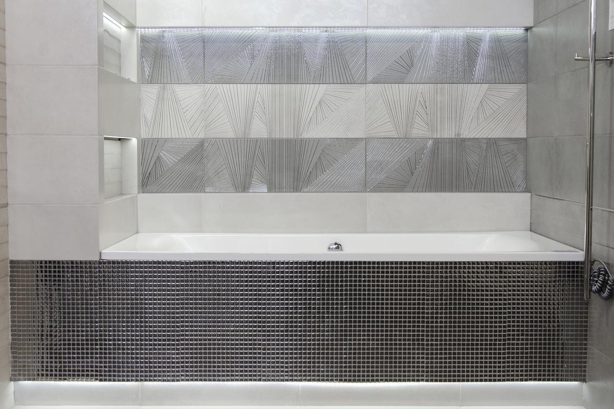 Wanna w zabudowie z ozdobną srebrną mozaiką - zdjęcie od BLU salon łazienek Łowicz