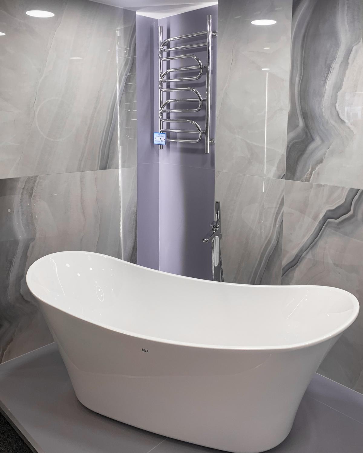 Wanna wolnostojąca Roca w BLU Olsztyn - zdjęcie od BLU salon łazienek Olsztyn