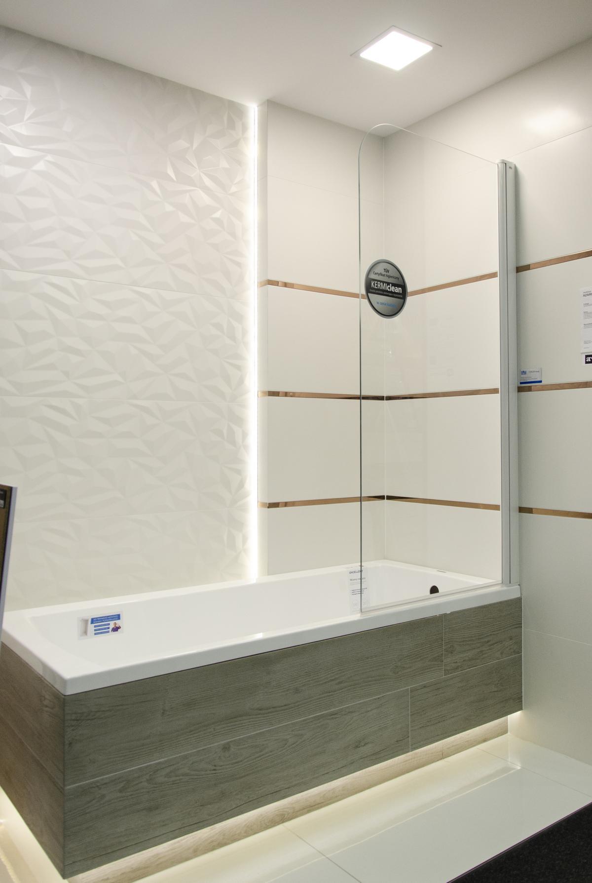 Wanna zabudowana płytką drewnopodobną z parawanem nawannowym - zdjęcie od BLU salon łazienek Koszalin