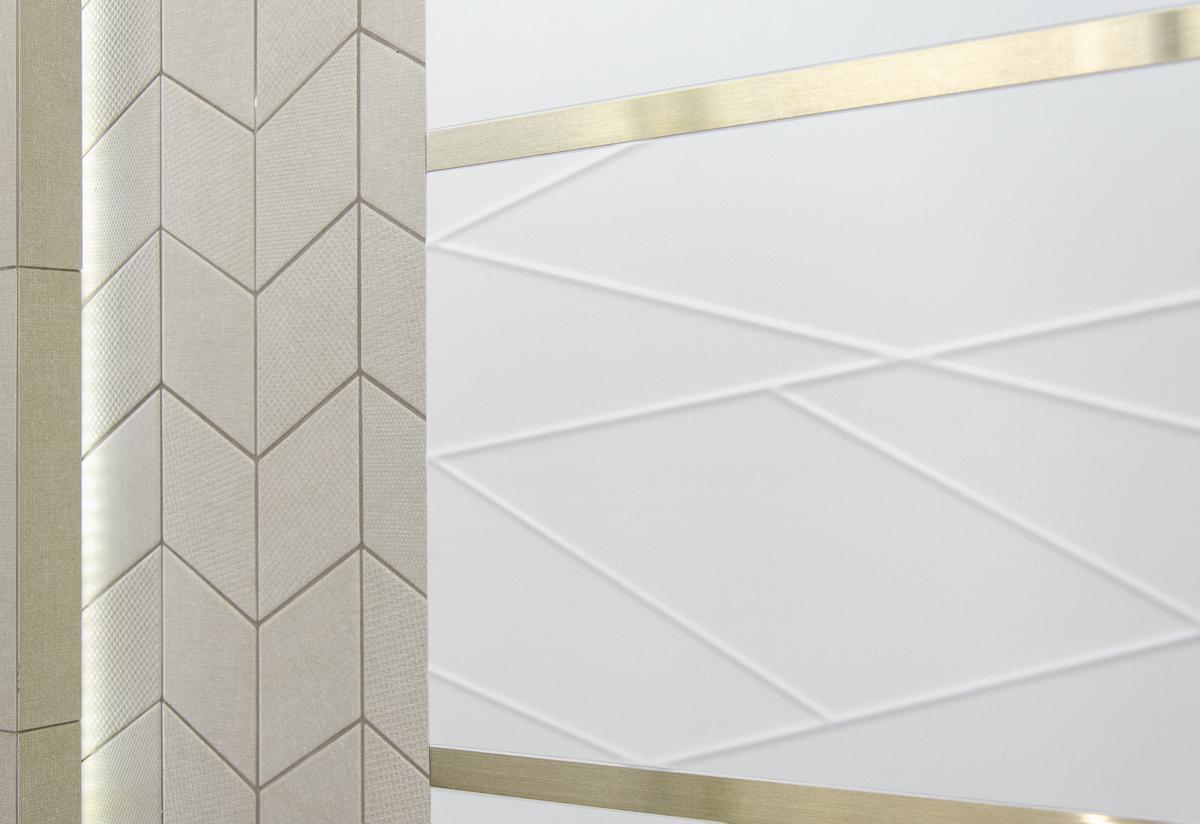 Złoty detal w biało-piaskowej aranżacji - zdjęcie od BLU salon łazienek Łowicz