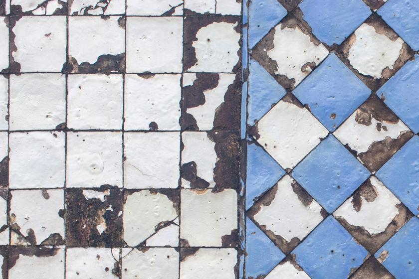 Ubytki i pęknięcia w płytkach – jak je naprawić?